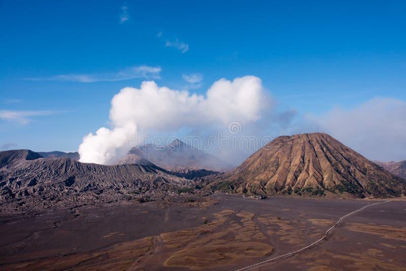 Bringen Sie Bromo, einen aktiven Vulkan mit klarem blauem Himmel am Nationalpark Tengger Semeru in Osttimor an stockbild