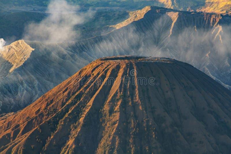Bringen Sie Bromo-Vulkan während des Sonnenaufgangs, die ausgezeichnete Ansicht von Mt an Bromo fand in Nationalpark Bromo Tengge lizenzfreies stockfoto