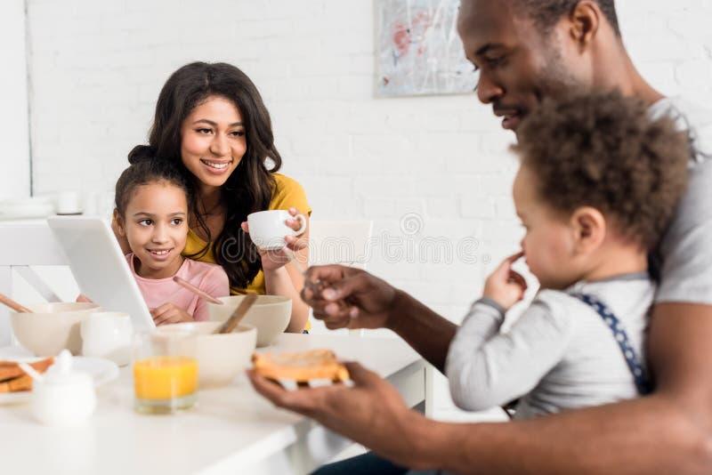 bringen Sie das Auftragen der Erdnussbutter auf Toast für Sohn hervor lizenzfreies stockbild