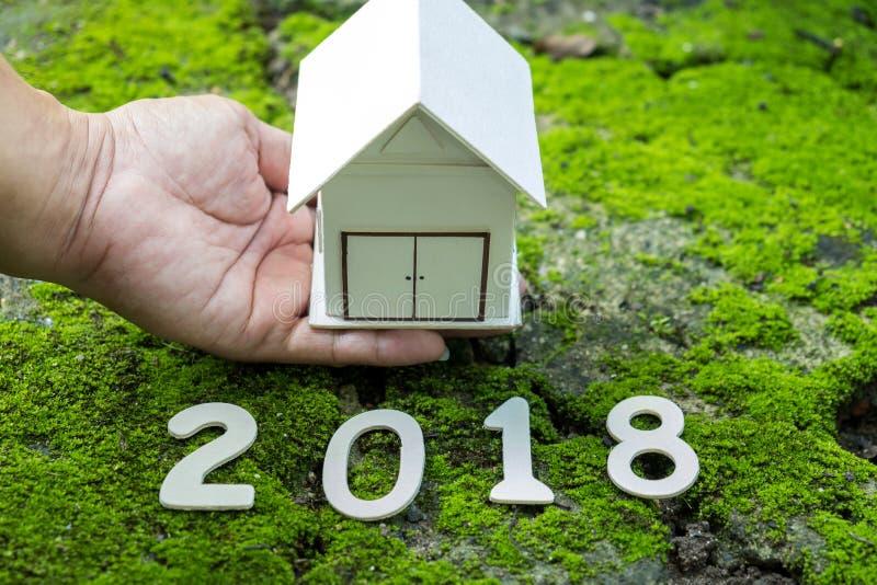 Download Bringen Sie Konzepte 2018 Unter, Nummerieren Sie 2018 Mit Hausmodell An Hand Mit GR Stockbild - Bild von kauf, darlehen: 106804691