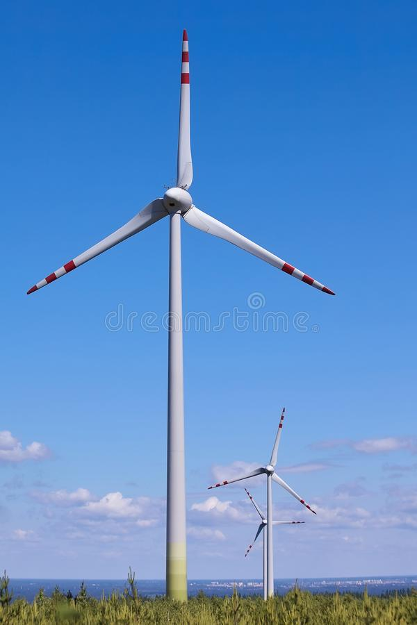 Bringen Sie M?hlkraftwerk gegen den blauen Himmel zur Sprache Alternative Energie stockfotos