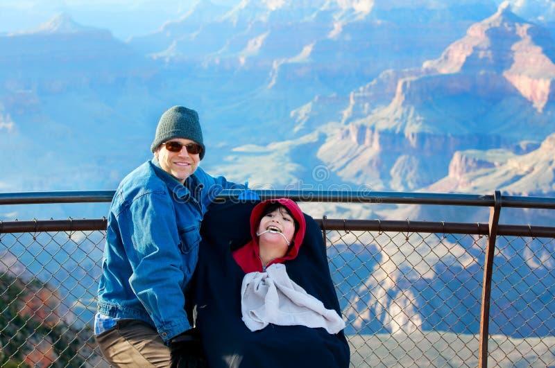 Bringen Sie mit behindertem Sohn im Rollstuhl bei Grand Canyon, Arizona hervor lizenzfreie stockbilder