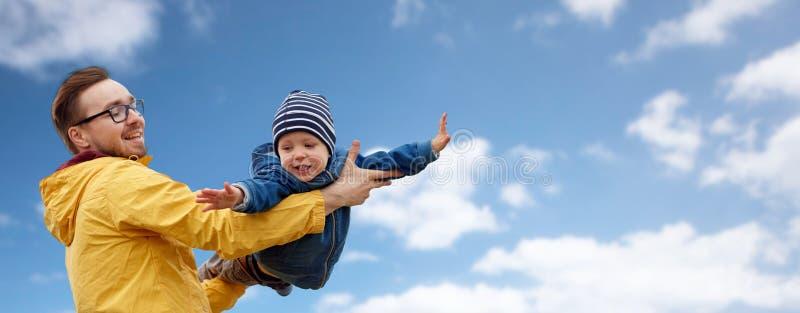 Bringen Sie mit dem Sohn hervor, der draußen Spaß spielt und hat lizenzfreies stockfoto