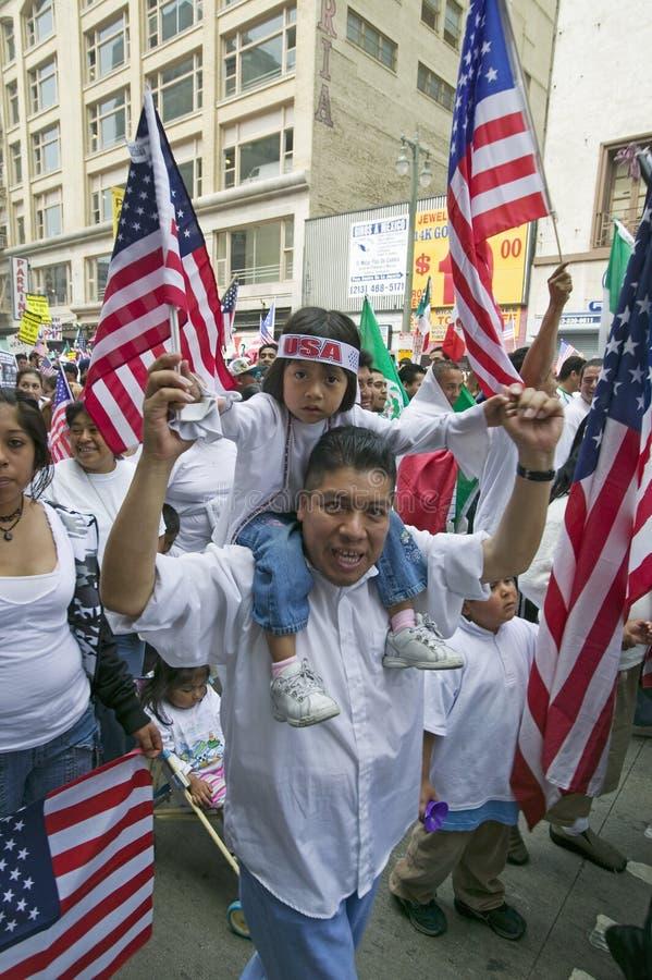 Bringen Sie mit Tochter auf seinen Schulterprotesten mit Hunderten von den Tausenden Immigranten im März für Immigranten und Mexi lizenzfreie stockbilder