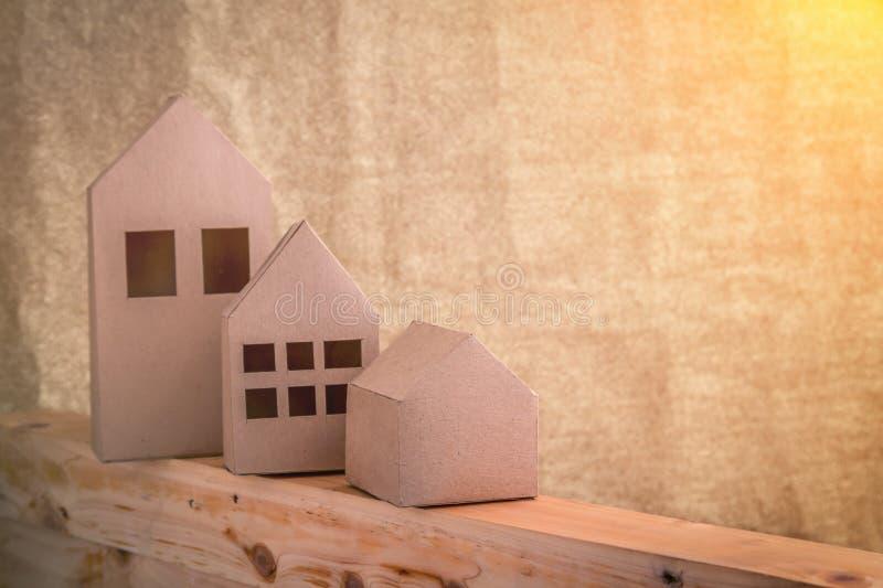 Bringen Sie Papiermodell mit Größe drei auf Bretterboden unter stockfoto