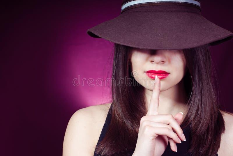 Bringen Sie reizvolle schöne junge Frau des Zeichens u. der roter Lippen zum Schweigen lizenzfreie stockfotos