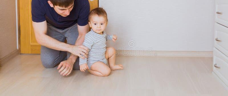 Bringen Sie ` s Tageskonzept - glücklicher Familienvater und Babykindersohn zuhause hervor lizenzfreies stockbild