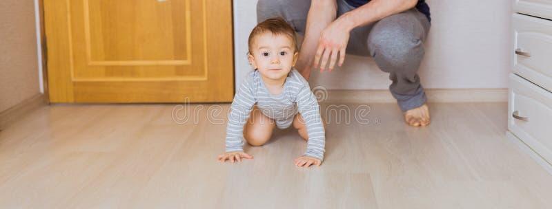 Bringen Sie ` s Tageskonzept - glücklicher Familienvater und Babykindersohn zuhause hervor stockfotos