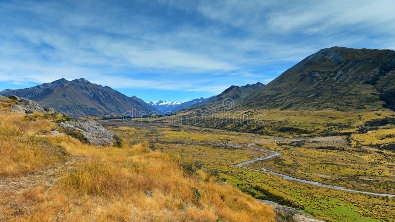 Bringen Sie Sonntag und umgebende Gebirgszüge an, benutzt in Schmierfilmbildung Lord der Ringfilm Edoras-Szene, in Neuseeland stockbild