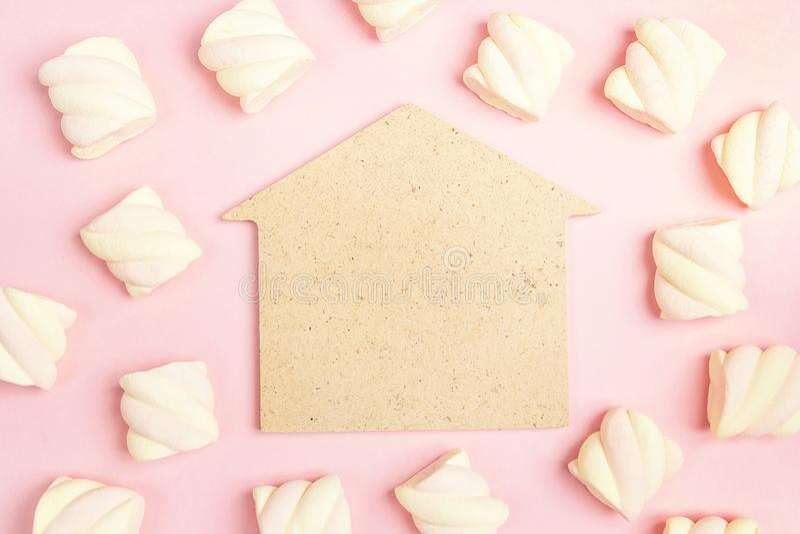Bringen Sie Symbol mit gewundenen Eibischen auf rosa Hintergrund unter Kopieren Sie s lizenzfreie stockbilder