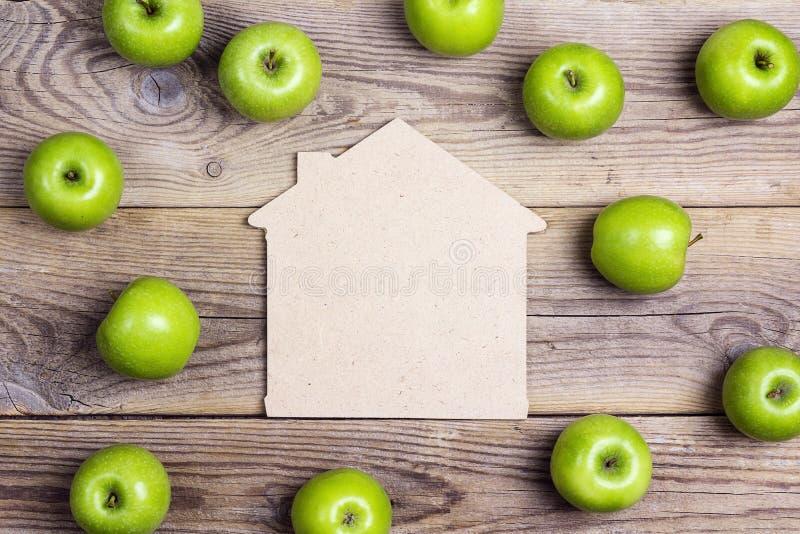 Bringen Sie Symbol mit grünen Äpfeln auf altem hölzernem Hintergrund unter Setzen Sie f stockbilder