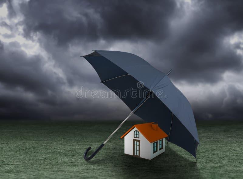 Bringen Sie Versicherungskonzept, das Haus unter, das unter Regenschirm geschützt wird lizenzfreie stockfotografie