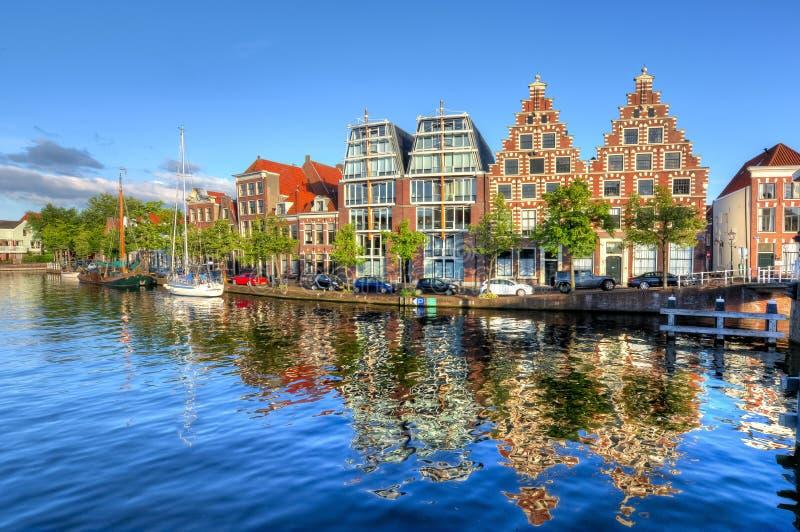 Bringt Reflexion in Haarlem-Kanälen, die Niederlande unter lizenzfreies stockbild