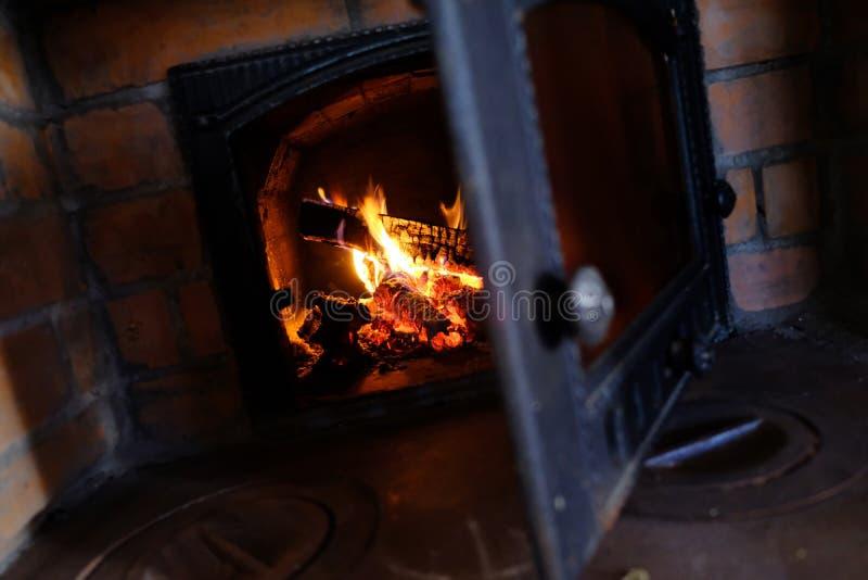 Brinnande brand, eldfast tegel royaltyfria bilder