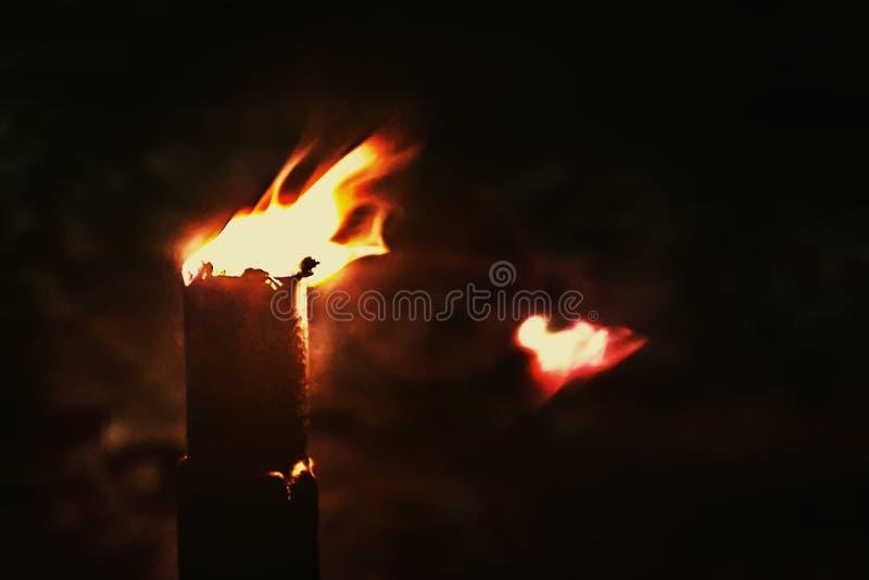 Brinnande fackla i natten arkivbild