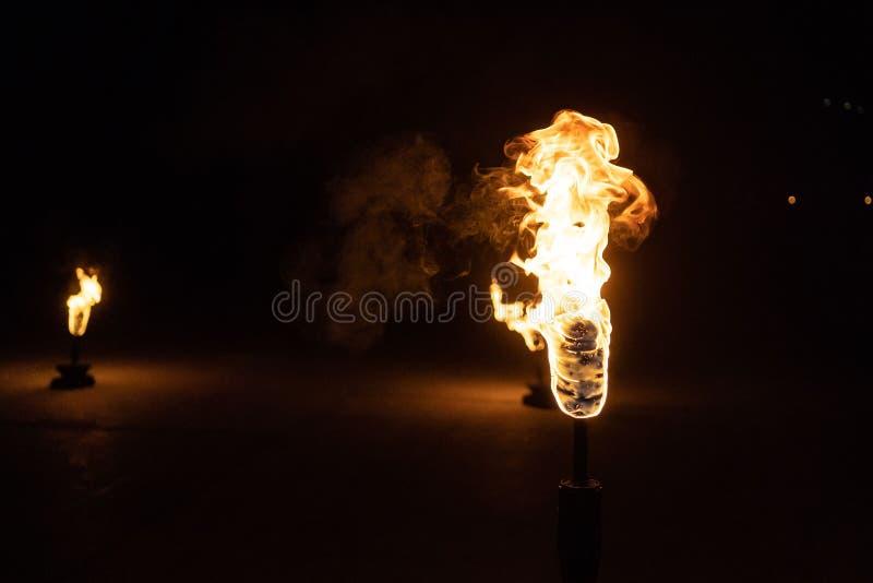 Brinnande fackla i natten på svart bakgrund royaltyfria foton