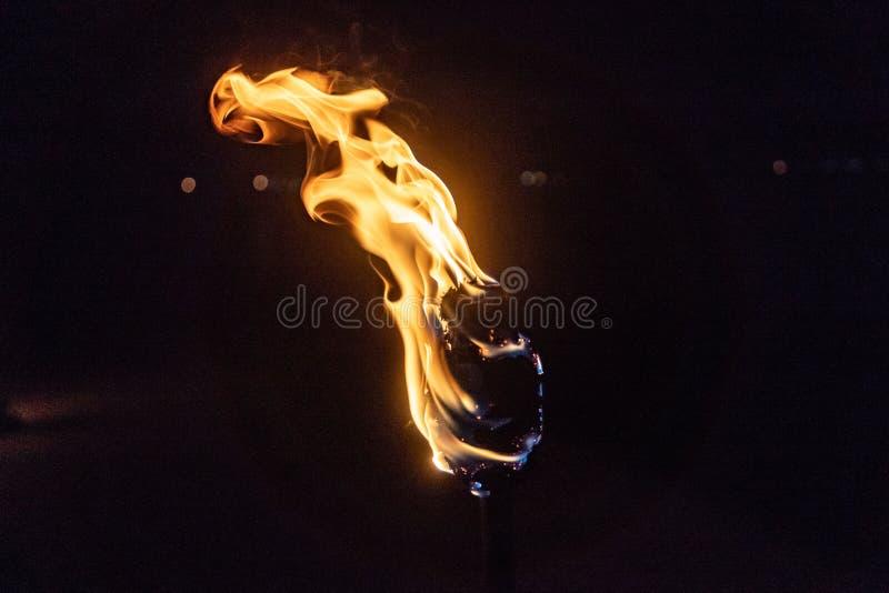 Brinnande fackla i natten på svart bakgrund fotografering för bildbyråer