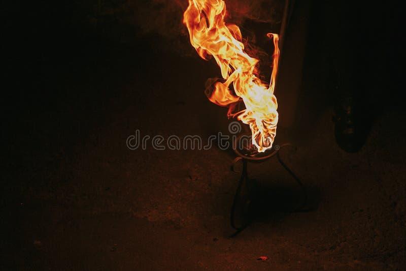 Brinnande fackla med flammor, fantastisk brandshow på natten på festivaen royaltyfri fotografi