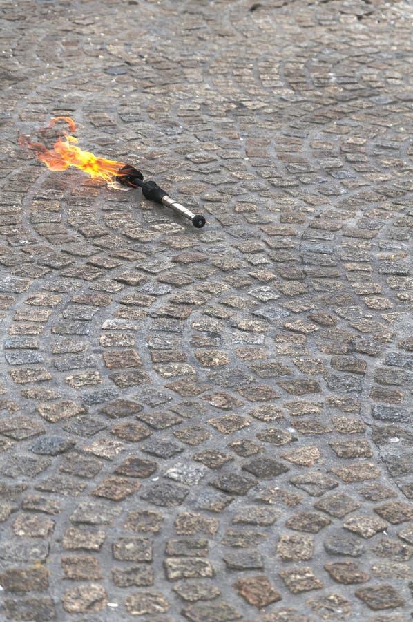 Brinnande fackla på tejordning royaltyfria foton