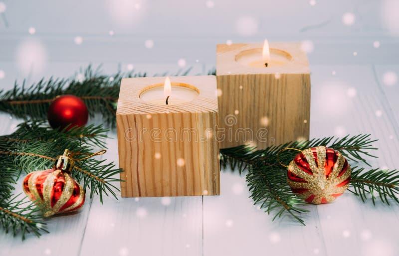 Brinnande feriestearinljus och julleksaker Ny traditionell dekor för års` s arkivbild