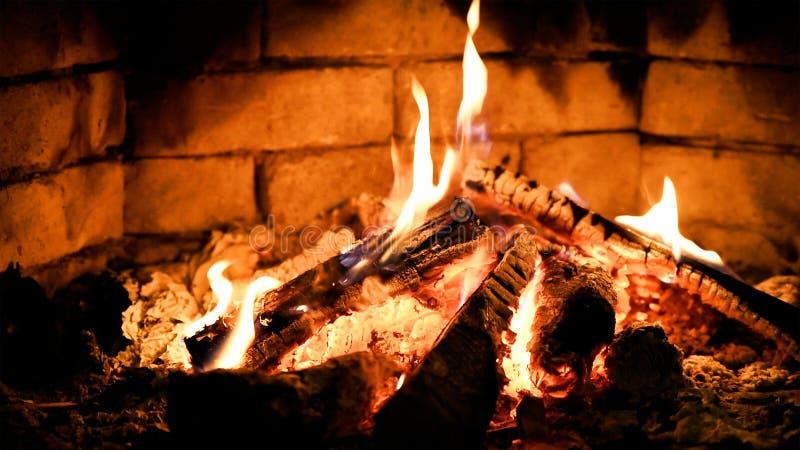 Brinnande flammabrand i en spis Värme och ett slags tvåsittssoffa royaltyfria foton