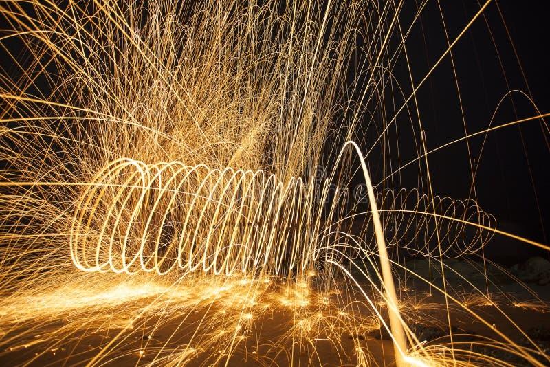 Brinnande fyrverkerier för stålull arkivbild