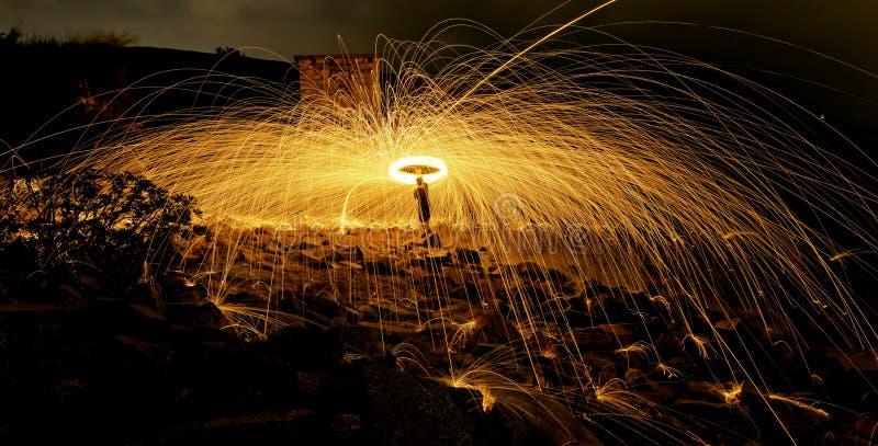 Brinnande fyrverkerier för stålull royaltyfria bilder