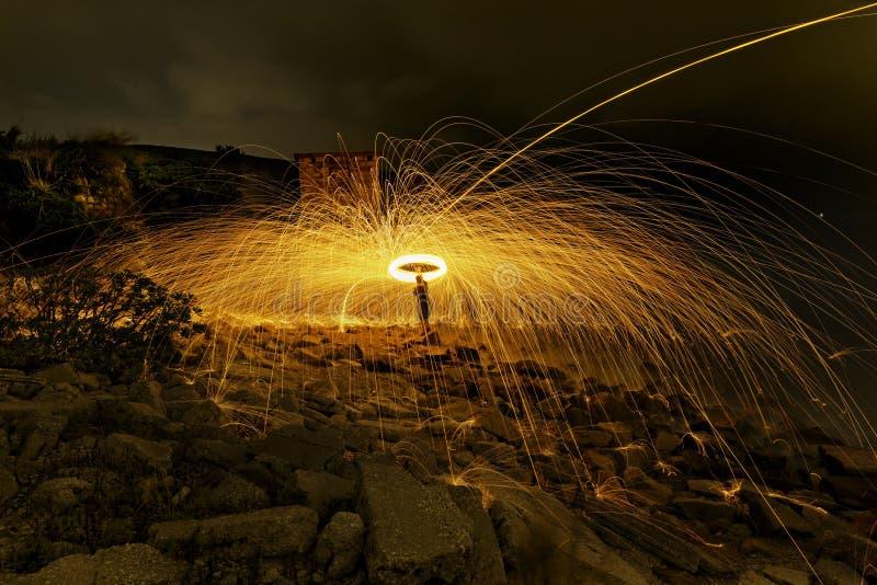 Brinnande fyrverkerier för stålull arkivbilder