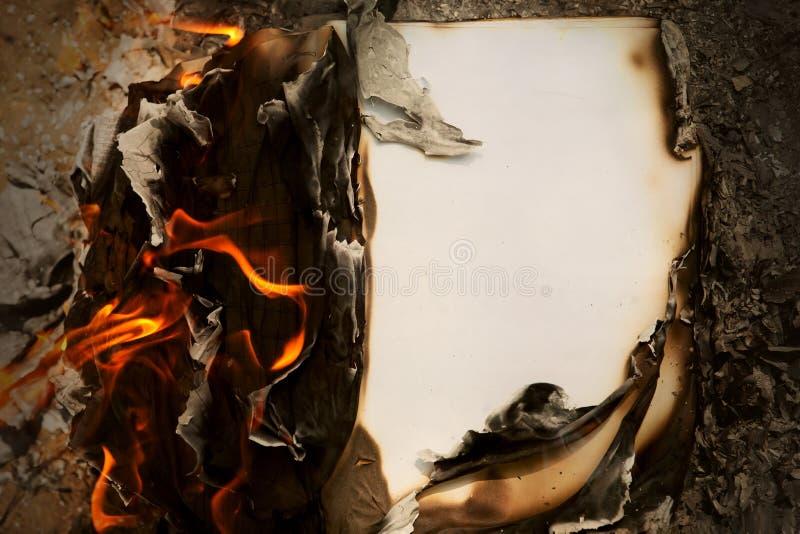 Brinnande gammalt papper, tappningpapper royaltyfria foton