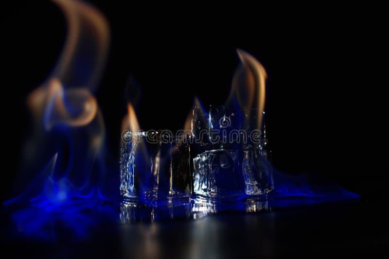 Brinnande ispyramide i mörkret royaltyfria foton
