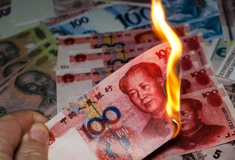 Brinnande kinesisk yuan arkivbild