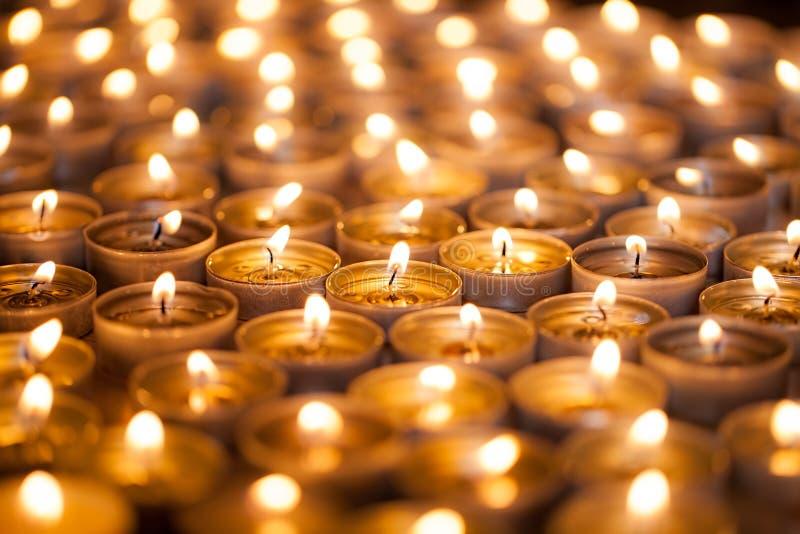 Brinnande ljust Guld- värme glöd från stearinljusflammor Många beauti royaltyfri foto