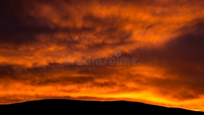 Brinnande morgonmoln arkivfoto