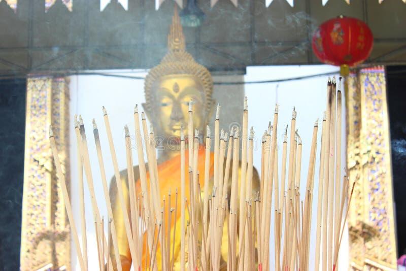 Brinnande rökelse broderad främre Buddha royaltyfri foto
