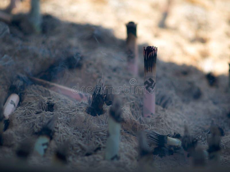 Brinnande rökelsepinnar av den traditionella Shintoreligionen på famen arkivbilder