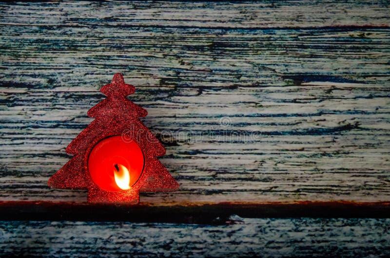 Brinnande stearinljus i form för julträd fotografering för bildbyråer