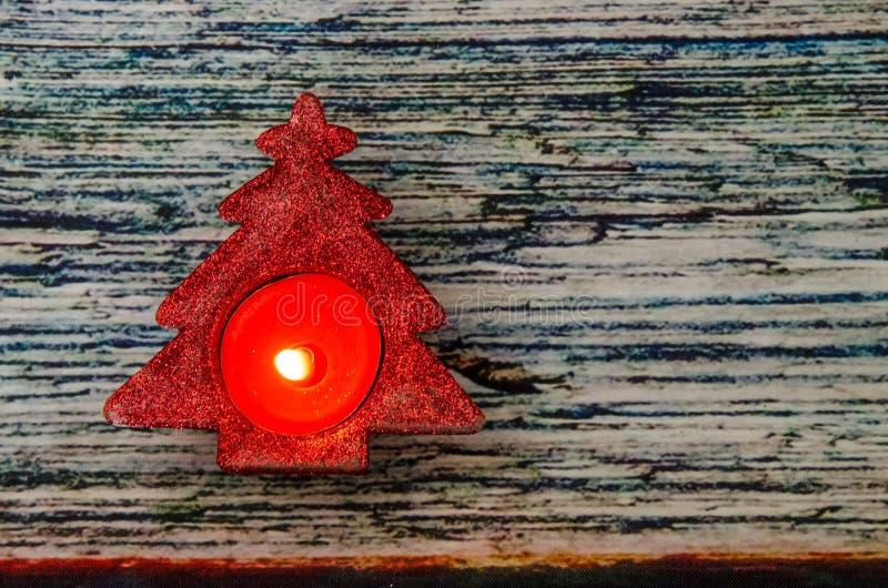 Brinnande stearinljus i form för julträd royaltyfria bilder