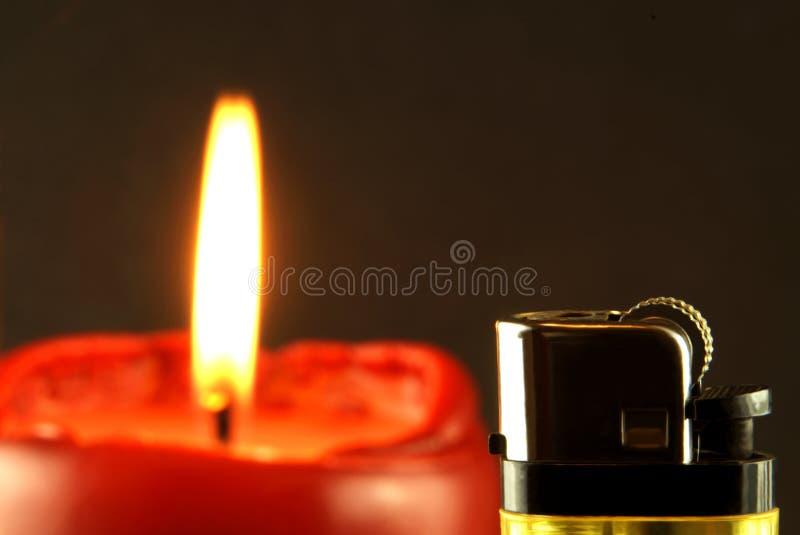 Brinnande stearinljus med tändaren royaltyfri fotografi