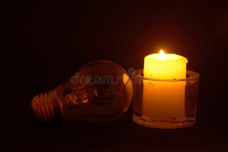 Brinnande stearinljus och lampa royaltyfria bilder