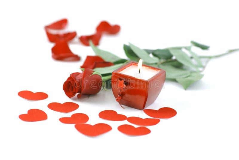 Brinnande stearinljus och röd ros på vit bakgrund Foto med kopieringsutrymme arkivbilder