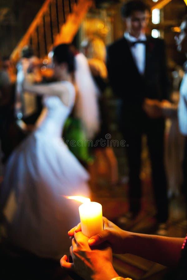 Brinnande stearinljusbröllopceremoni