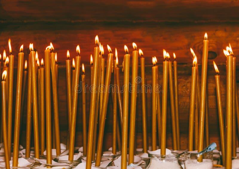 Brinnande vaxstearinljus i templet fotografering för bildbyråer
