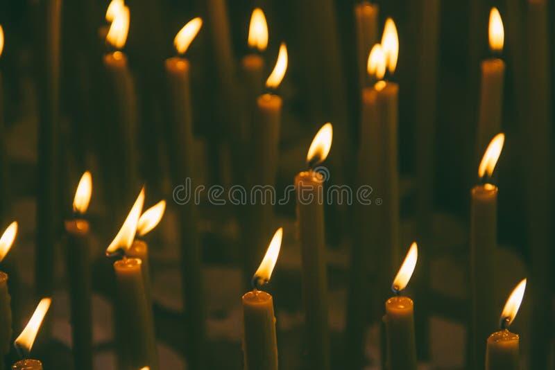 Brinnande vaxstearinljus i templet arkivbild