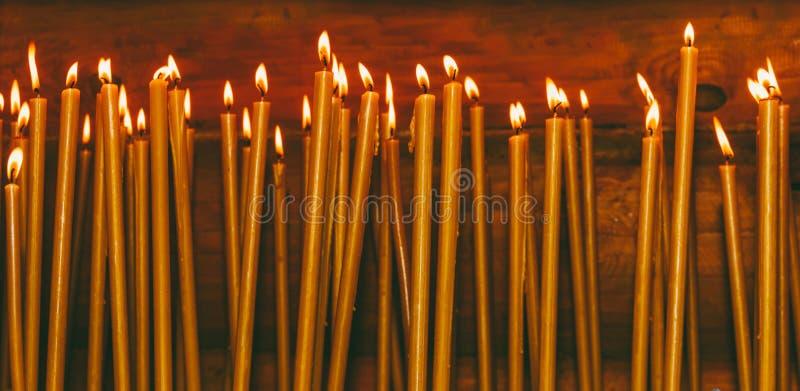 Brinnande vaxstearinljus i templet arkivfoto