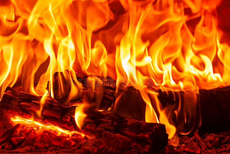 Brinnande vedträ för Closeupdans i spisen, branden och flammorna arkivfoton