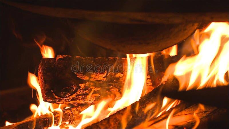 Brinnande vedträ i spisslutet upp royaltyfri fotografi