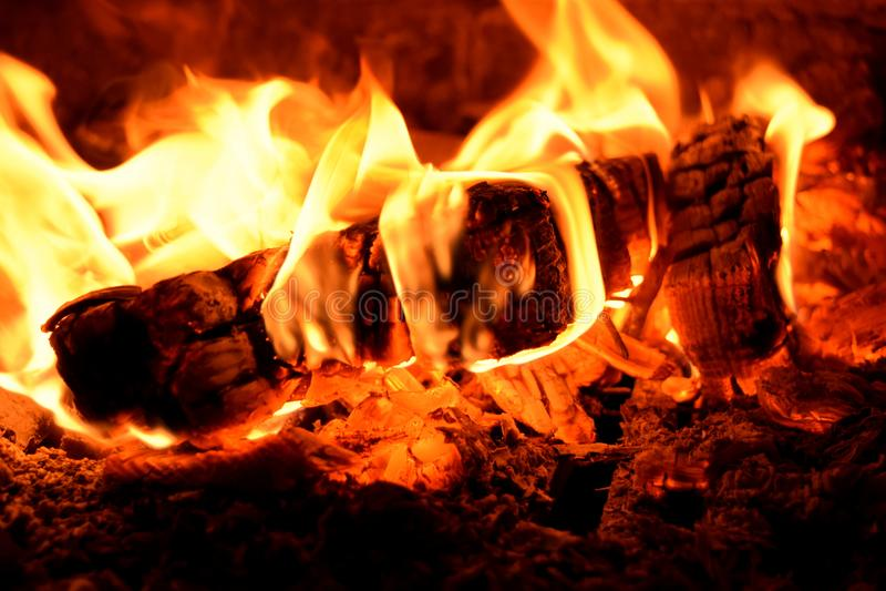 Brinnande vedträ i ugnar royaltyfri bild