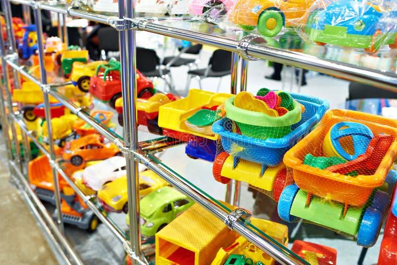 Brinque carros plásticos coloridos na loja do ` s das crianças fotografia de stock royalty free