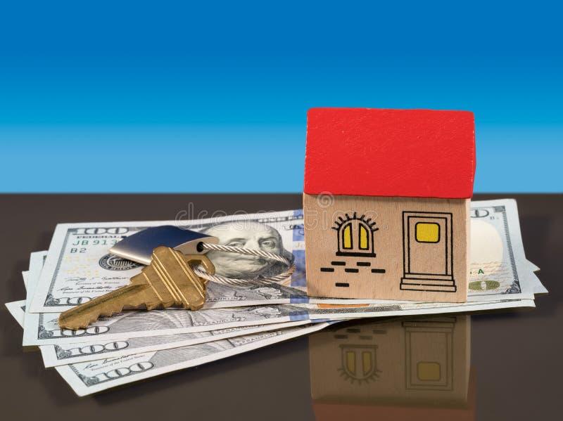 Brinque a casa em notas de dólar dos E.U. com chave da porta fotos de stock royalty free