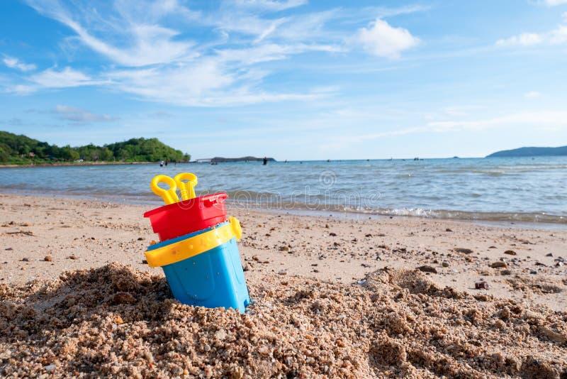 Brinque contra c?nico da praia da areia do ver?o e do c?u azul nebuloso, paisagem do mar imagens de stock